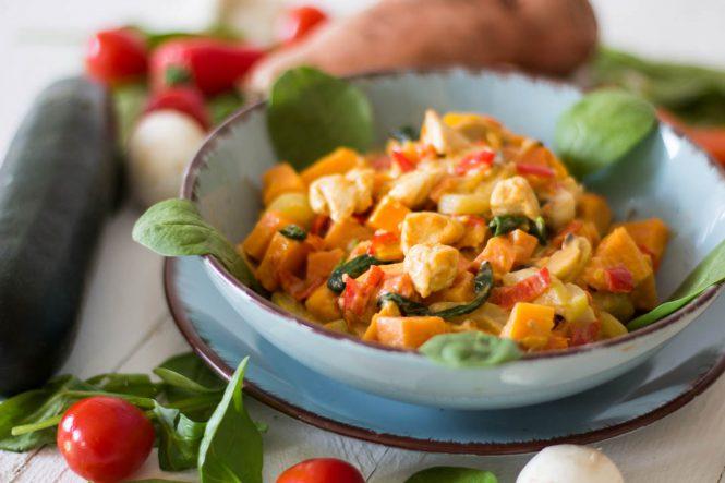 Süßkartoffel-Gemüsepfanne mit Hähnchenbrust