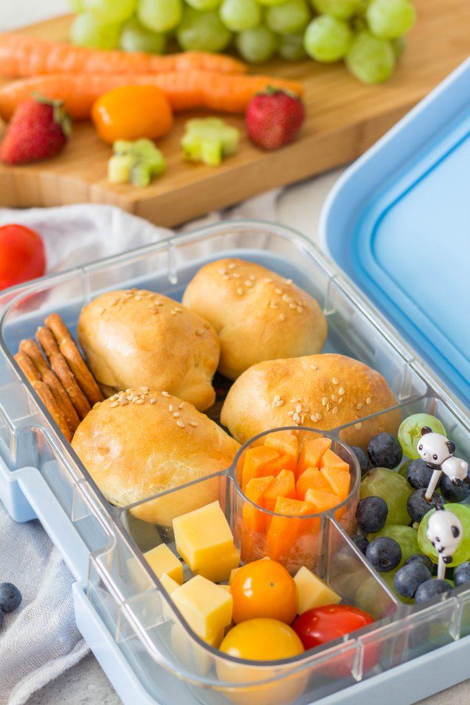 Gesunde Lunchbox für Kinder mit Mini Hot Dogs, Obst, Tomaten und Käse. Schnelle und leckere Snack Idee für Kindergarten / Schule. Lieblingszwei.de