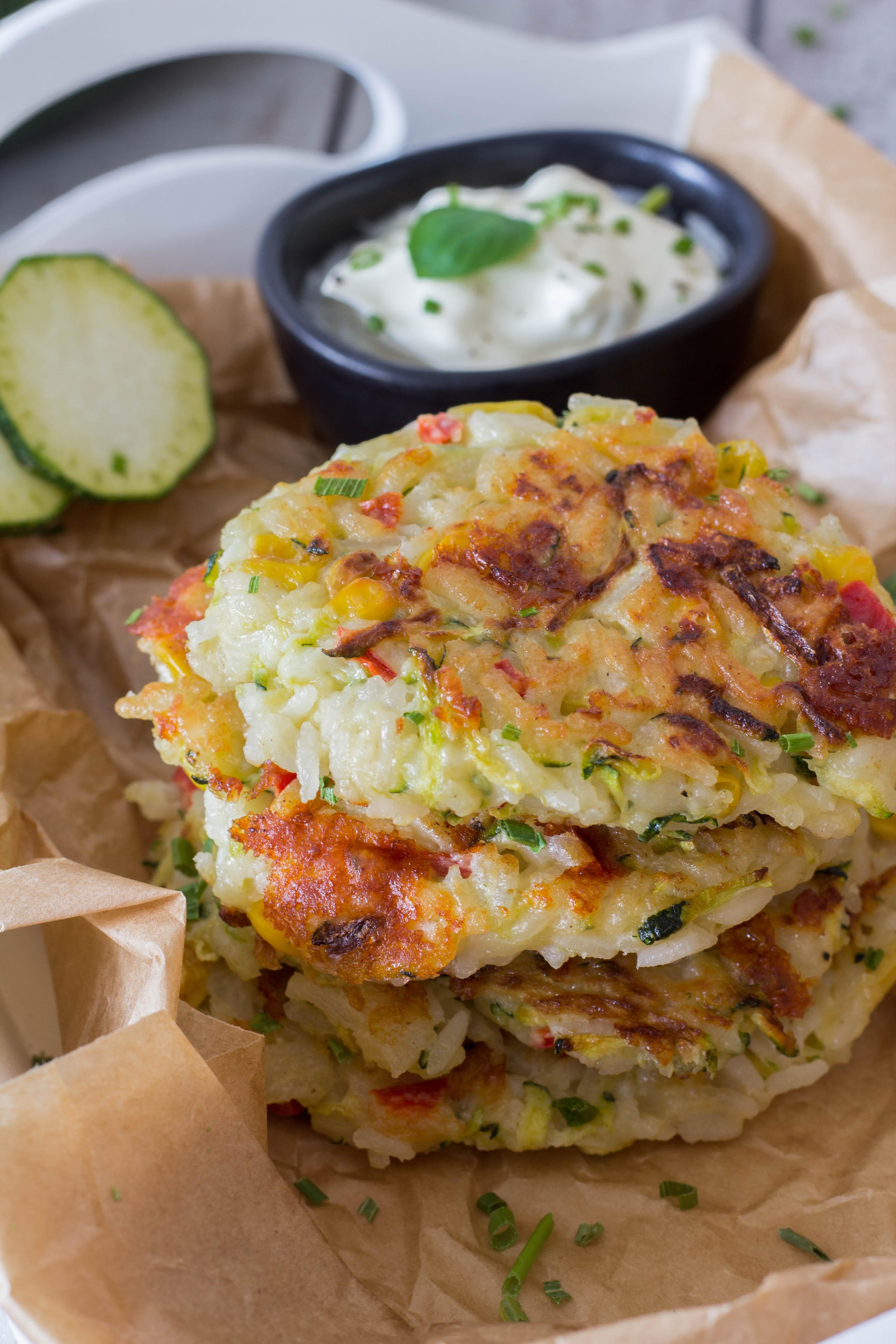 leckere, gesunde Reispuffer mit Gemüse - Mittagessen für die ganze Familie.