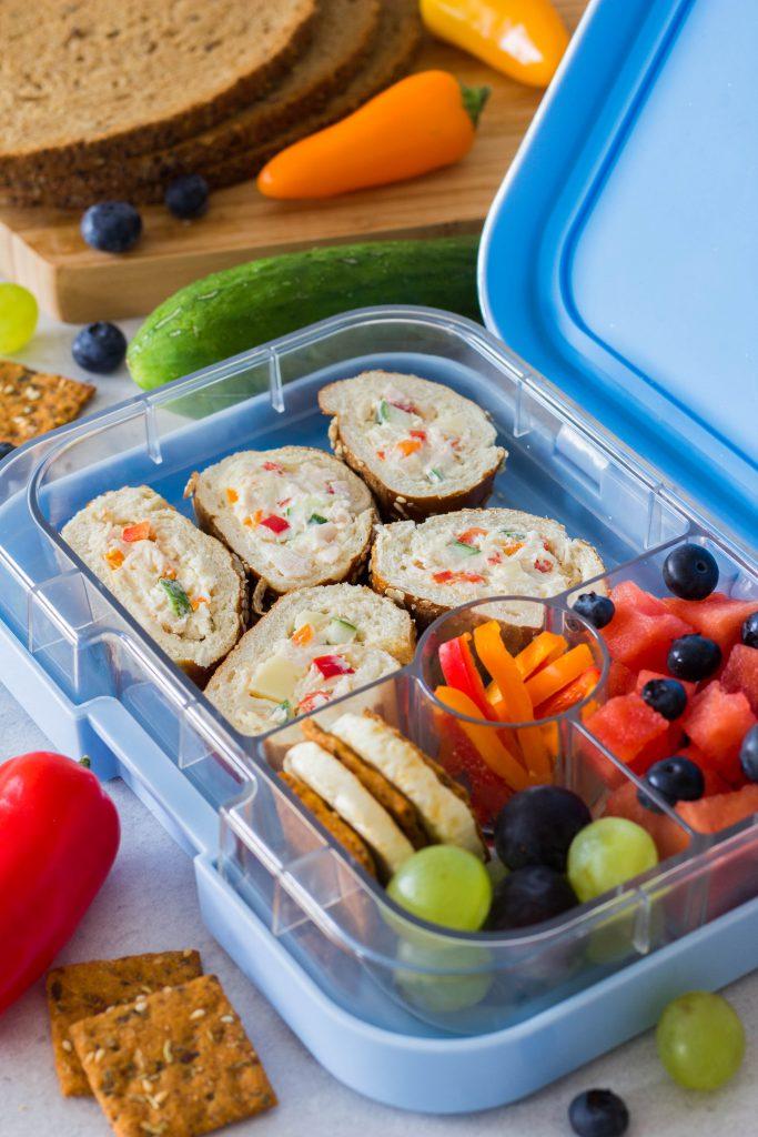Schneller Snack für die Lunchbox / Brotdose: Gefüllte Laugenstangen, Paprika und Obst. Perfekt für Kita / Kindergarten.