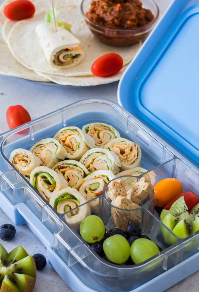 Gesunde Idee für die Brotdose / Lunchbox: Selbstgemachte Wraps, Haferflockenkekse, Kiwi, Trauben und Heidelbeeren. Schnell & einfach zubereitet. Lieblingszwei.de