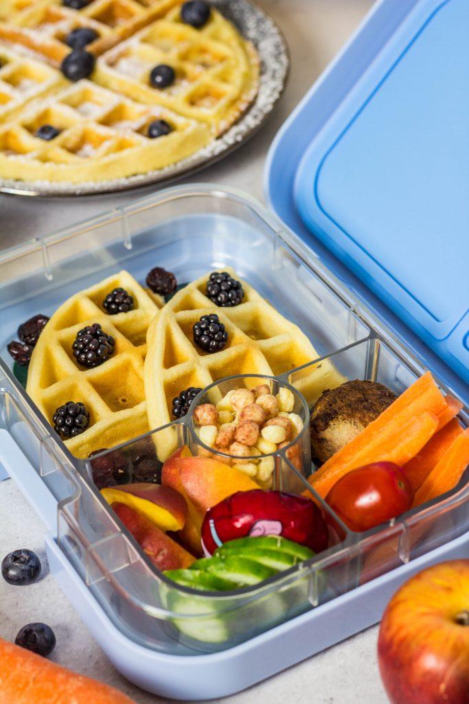 Neue Ideen für die Lunchbox: Selbstgemachte Apfel-Bananen Waffeln, Käse, Nektarine, Gurke, Hackbällchen und Karottensticks. Gesunde Leckereien für unterwegs. Lieblingszwei.de