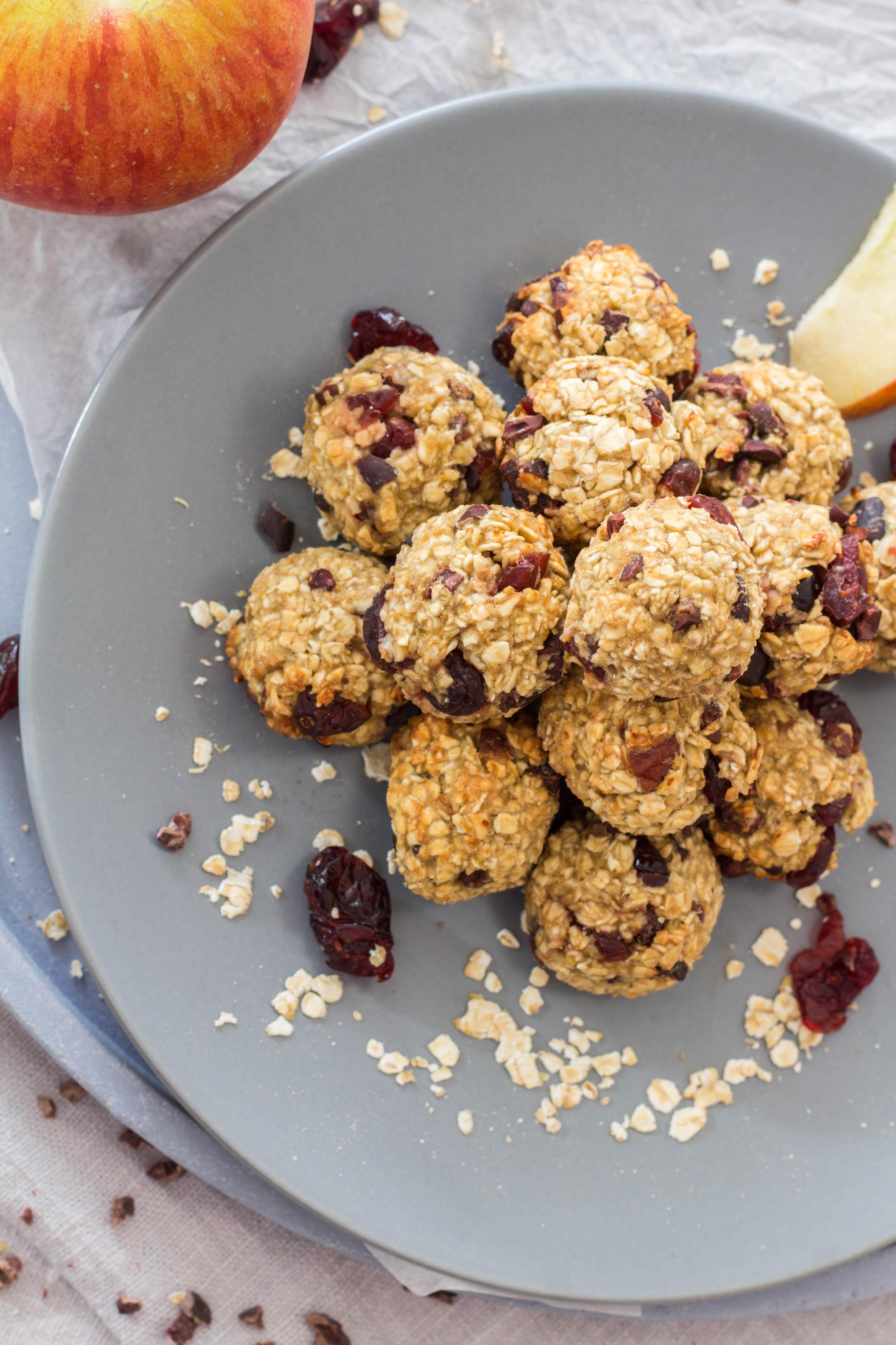 Müslikugeln - lecker und gesund. Mit Haferflocken, Apfelmus, Cranberries und Kakao Nibs. Lieblingszwei.de