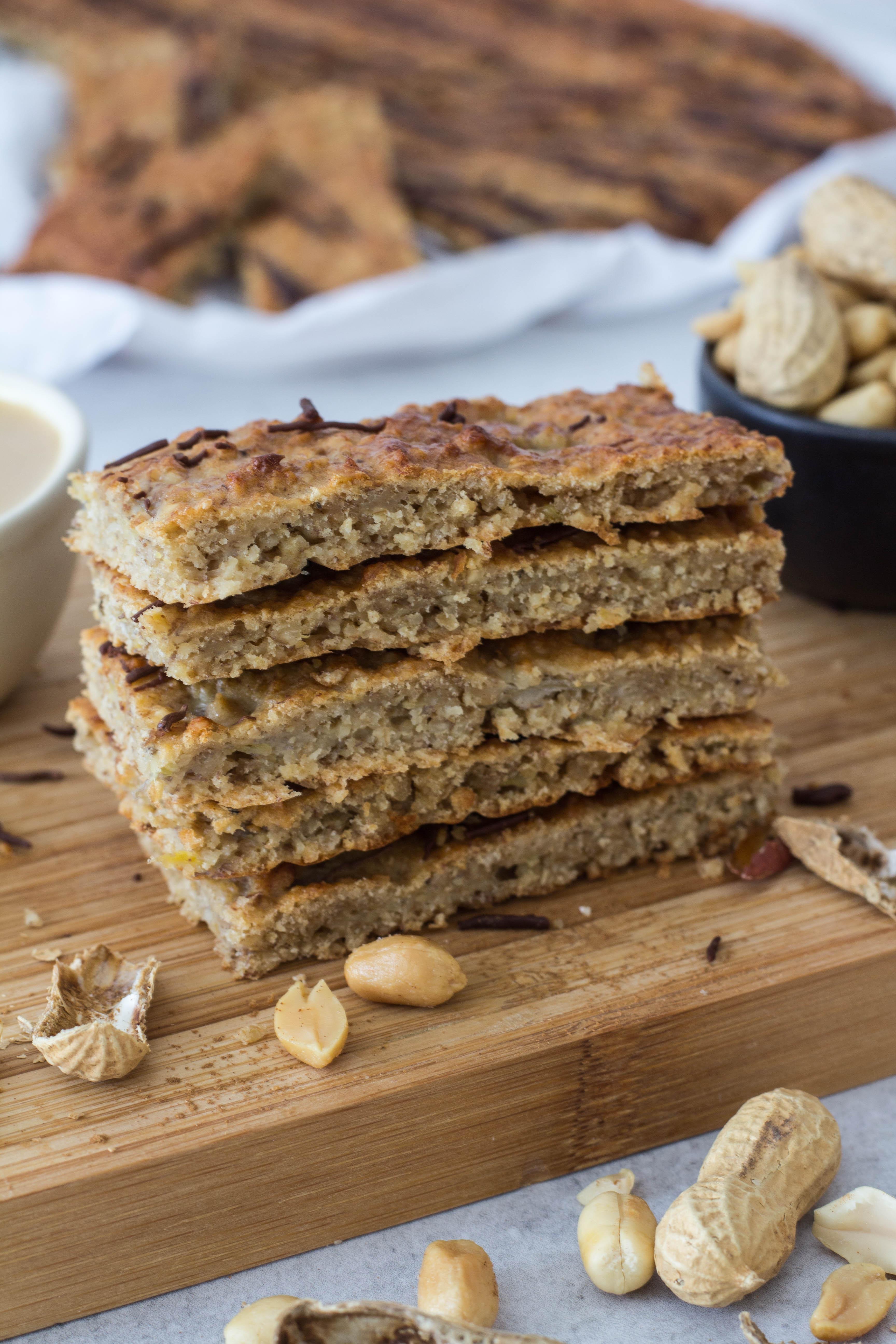 Leckere Riegel mit Erdnussmus, Haferflocken und Bananen. Gesunde Zwischenmahlzeit für Groß & Klein.
