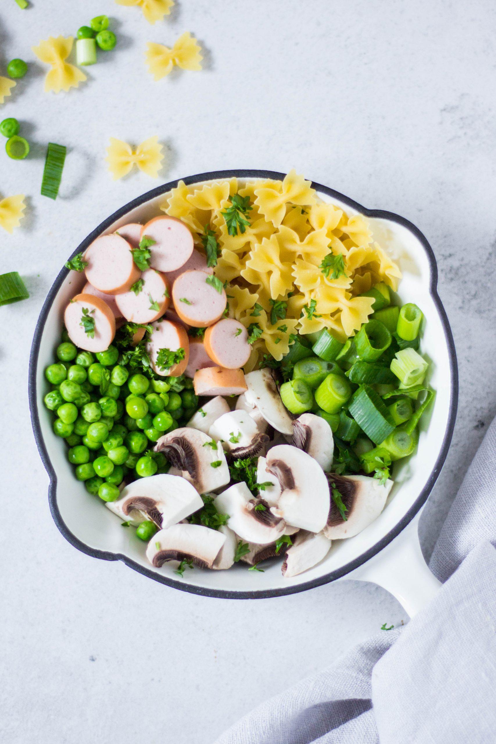 One-Pot Pasta mit Gemüse und Würstchen - leckeres Soulfood. Lieblingszwei.de