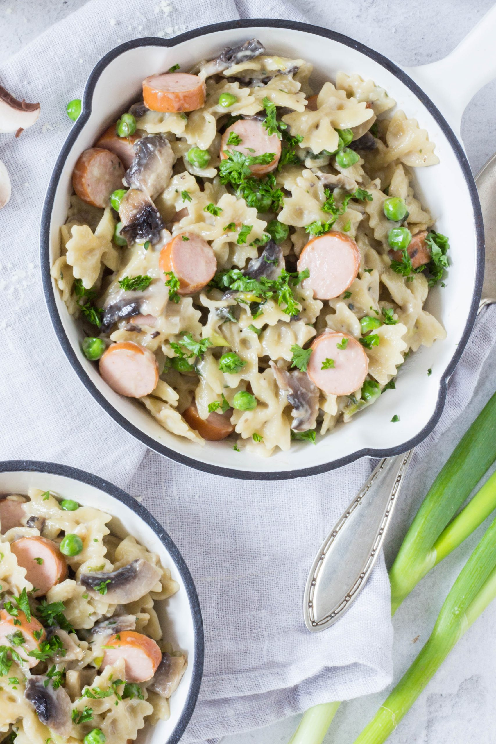 Leckeres Pastagericht mit Champignons, Erbsen und Wiener Würstchen. Lieblingszwei.de