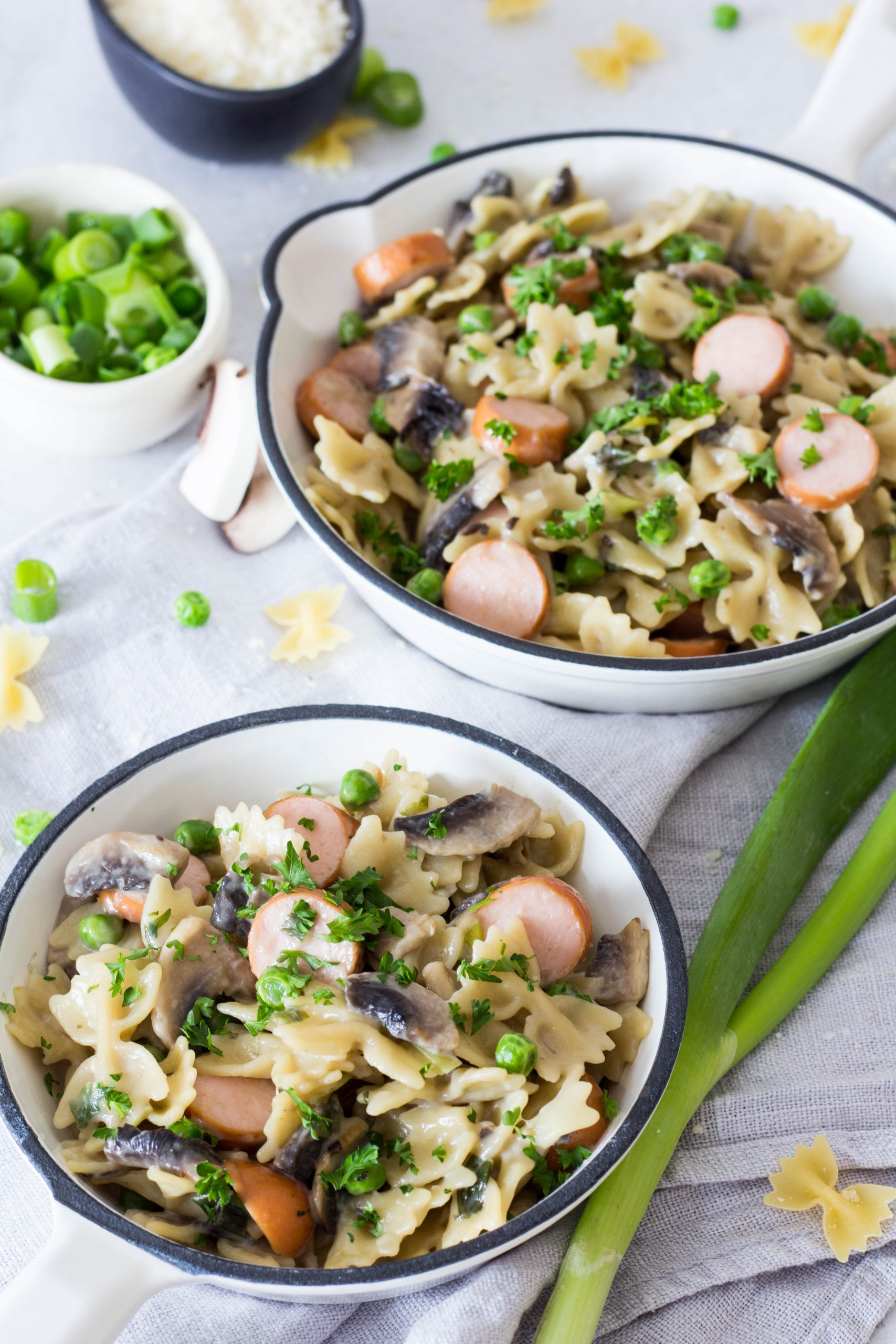 Cremige One-Pot Pasta mit gesunden Zutaten - Erbsen, Champignons und Würstchen. Perfektes Gericht für Kinder. Lieblingszwei.de