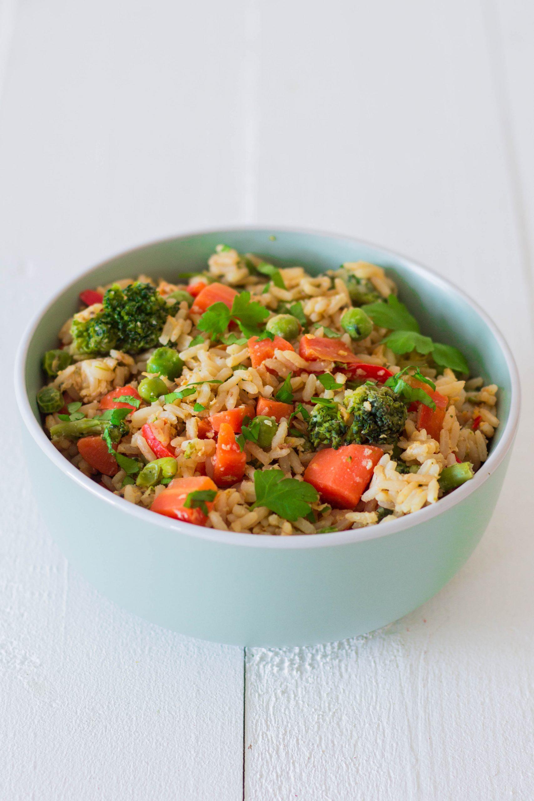 Gebratener Reis mit Ei und Gemüse - leckeres Mittagessen für die ganze Familie