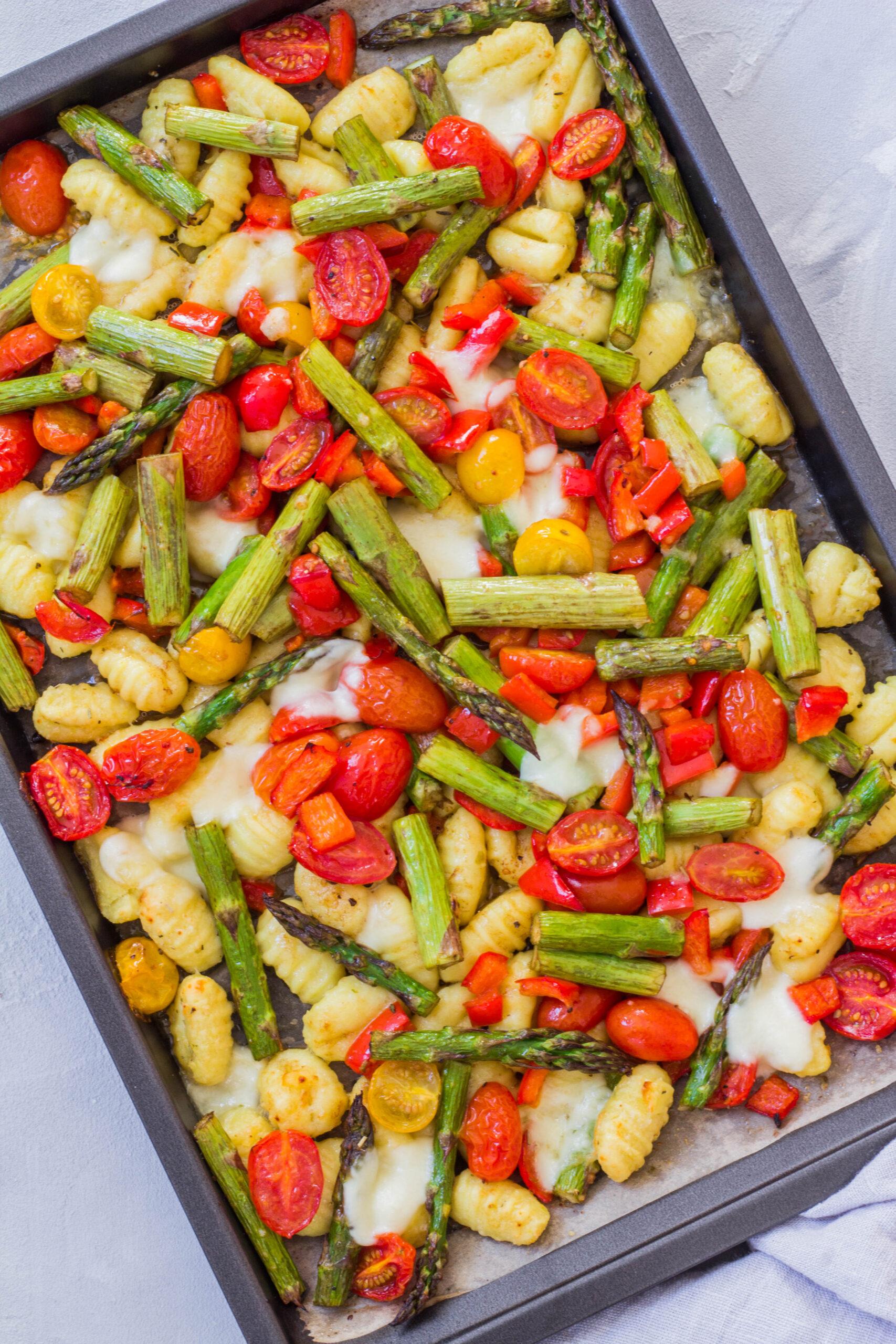 Gnocchi vom Blech mit grünem Spargel, Tomaten, Paprika und Mozzarella.
