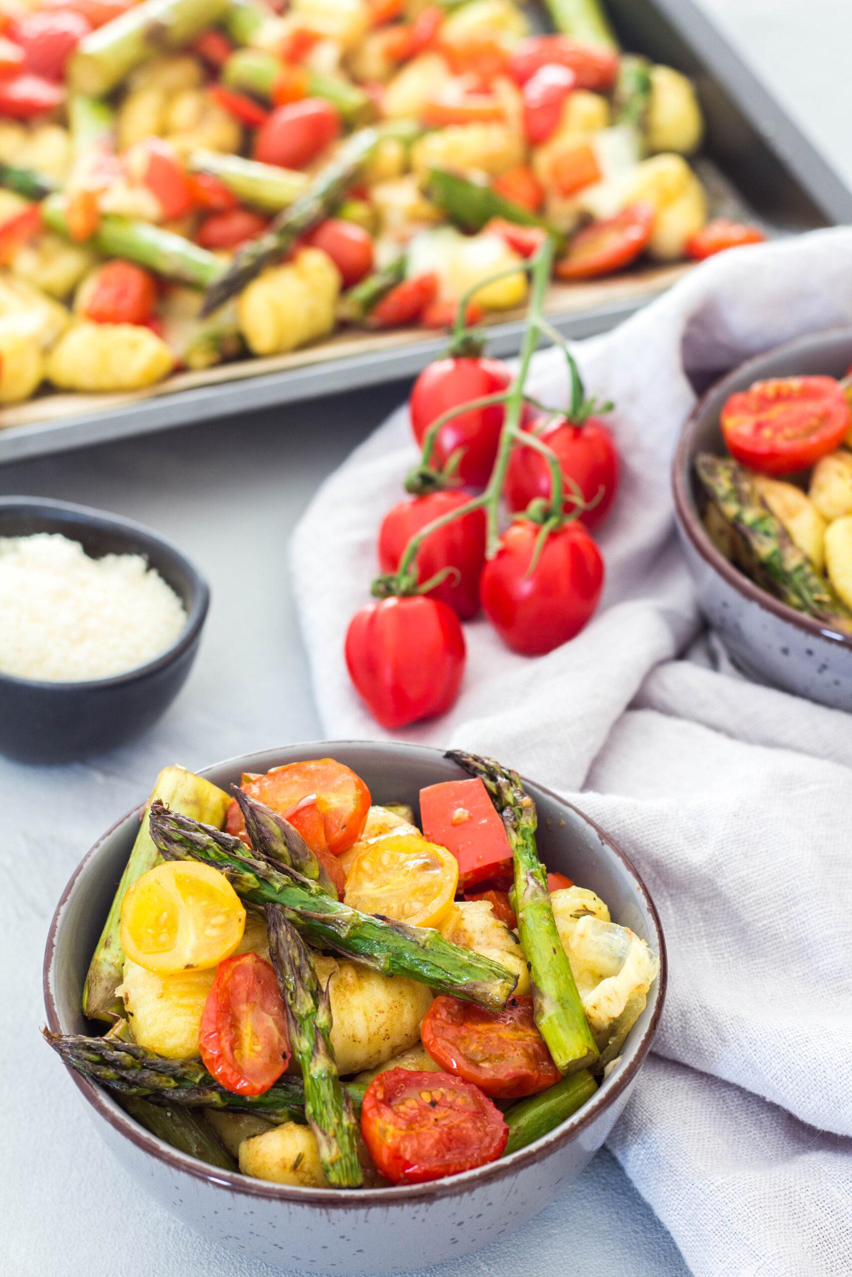 Gesundes Familienessen - Grüner Spargel, Gnocchi, Tomaten, Paprika und Mozzarella.
