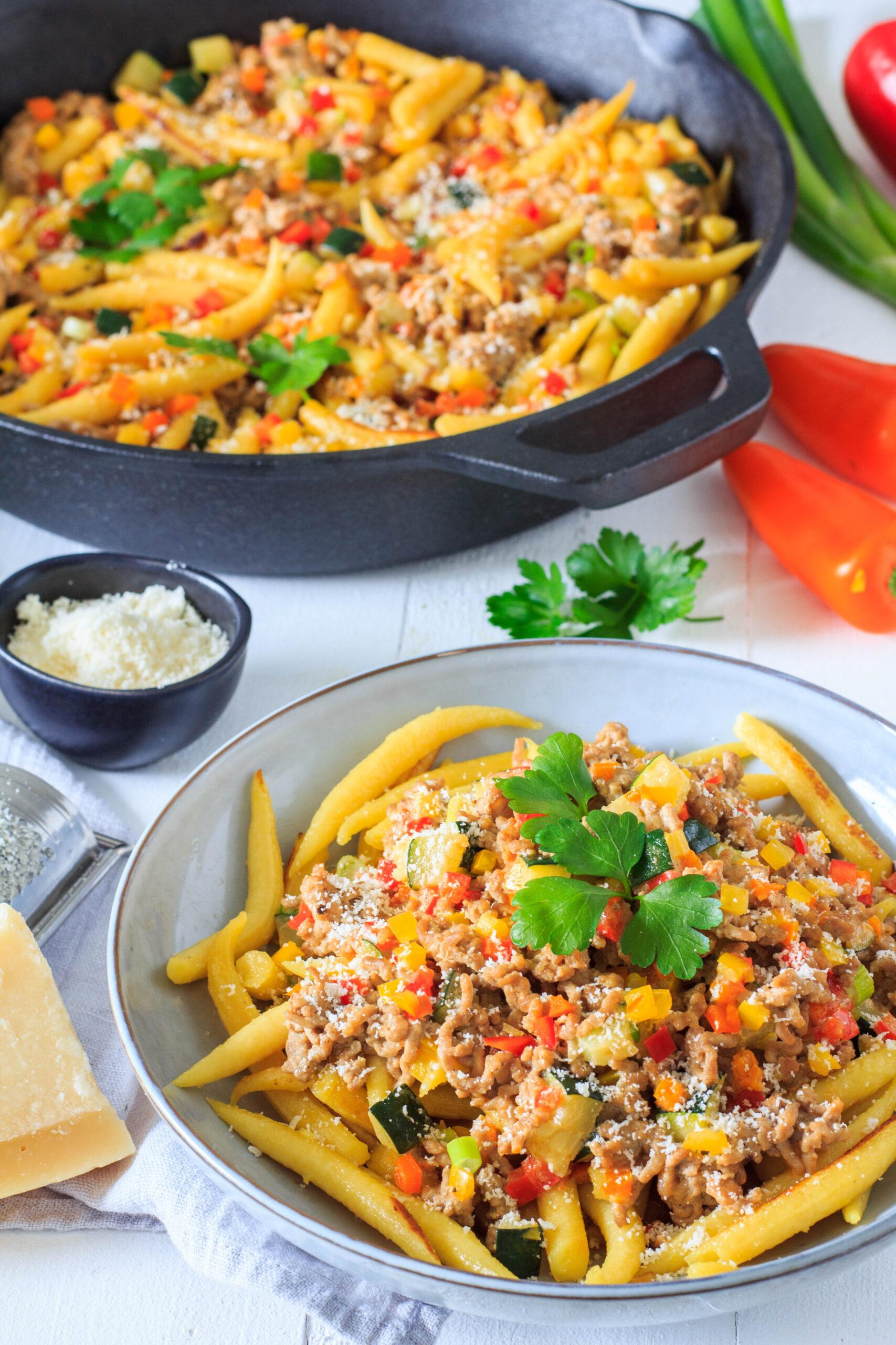Gesund und lecker: Schupfnudelpfanne mit Gemüse, Hackfleisch und Parmesan.