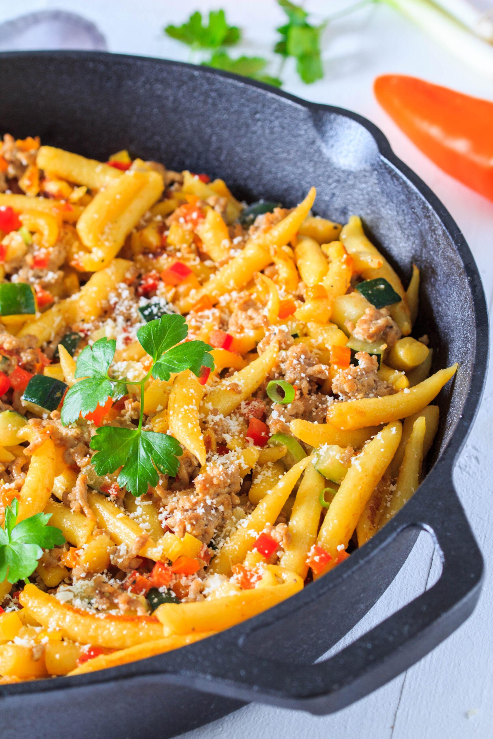 Leckeres Mittagessen für die ganze Familie: Schupfnudeln mit Gemüse und Hackfleisch.