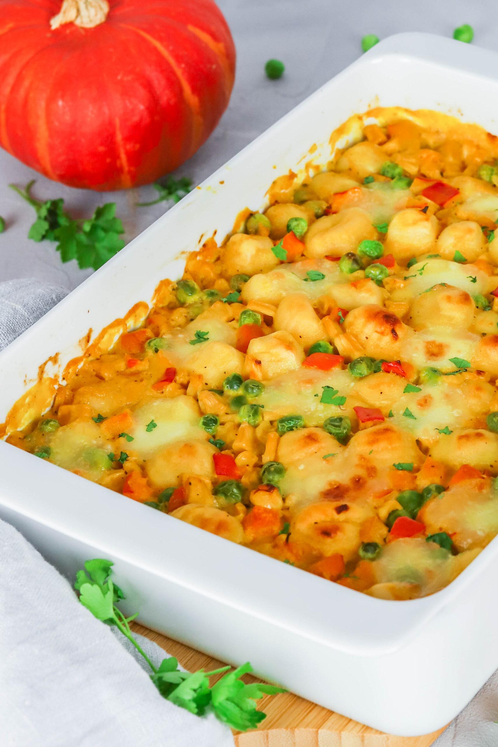 Gnocchi Auflauf mit Kürbis, Erbsen und Mais- vegetarisches Rezept für die ganze Familie