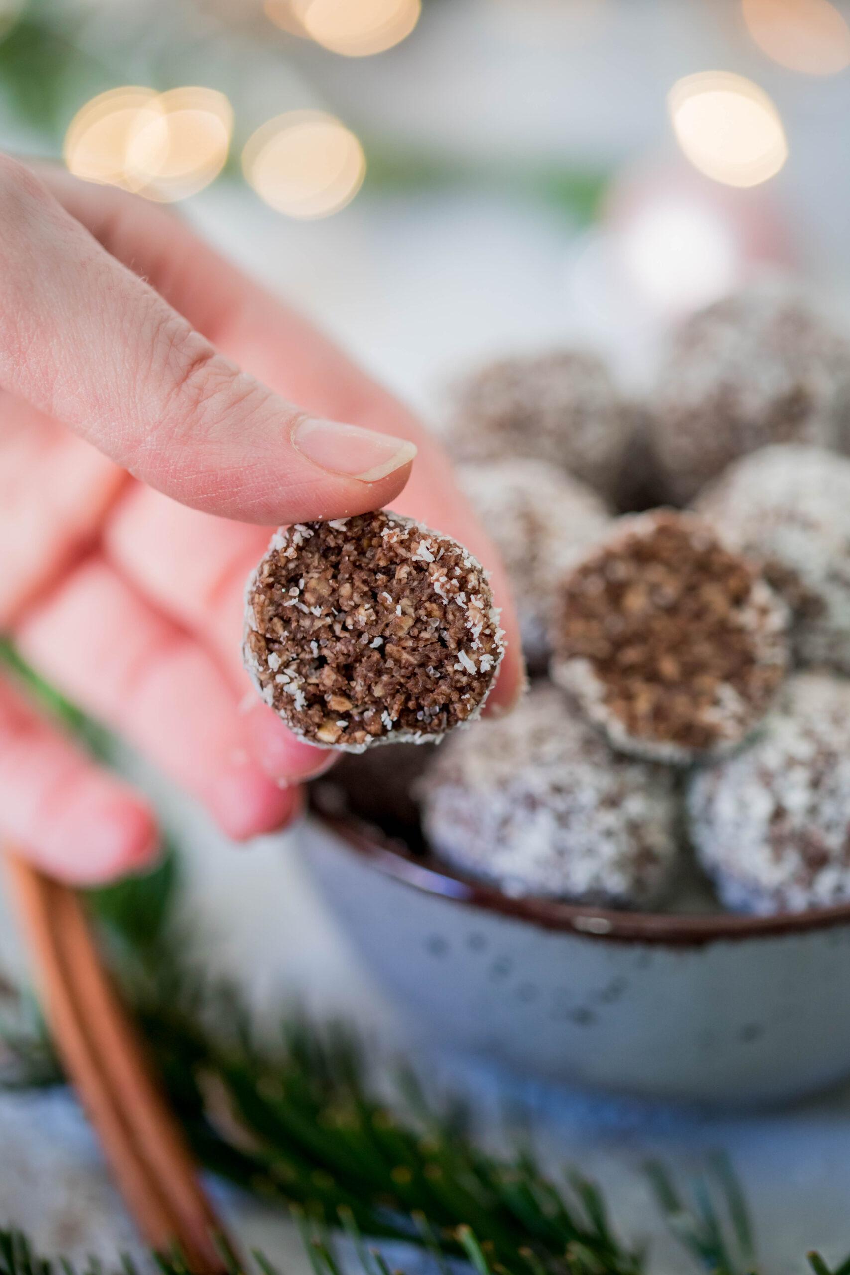 Leckere weihnachtliche Kugeln mit Zimt und Kakao.