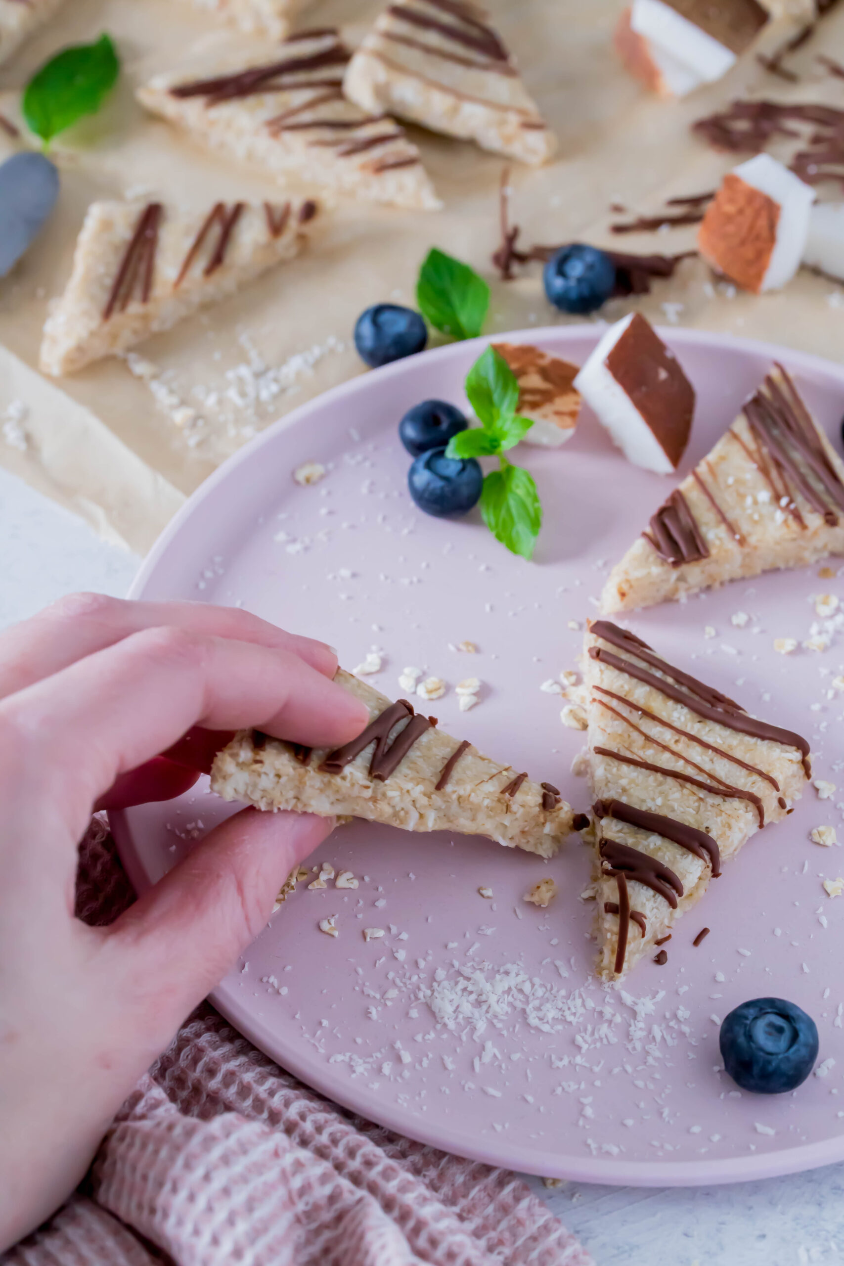 Schneller Snack für Kinder: No Bake Kokosecken ohne Zucker. Ideal für unterwegs.