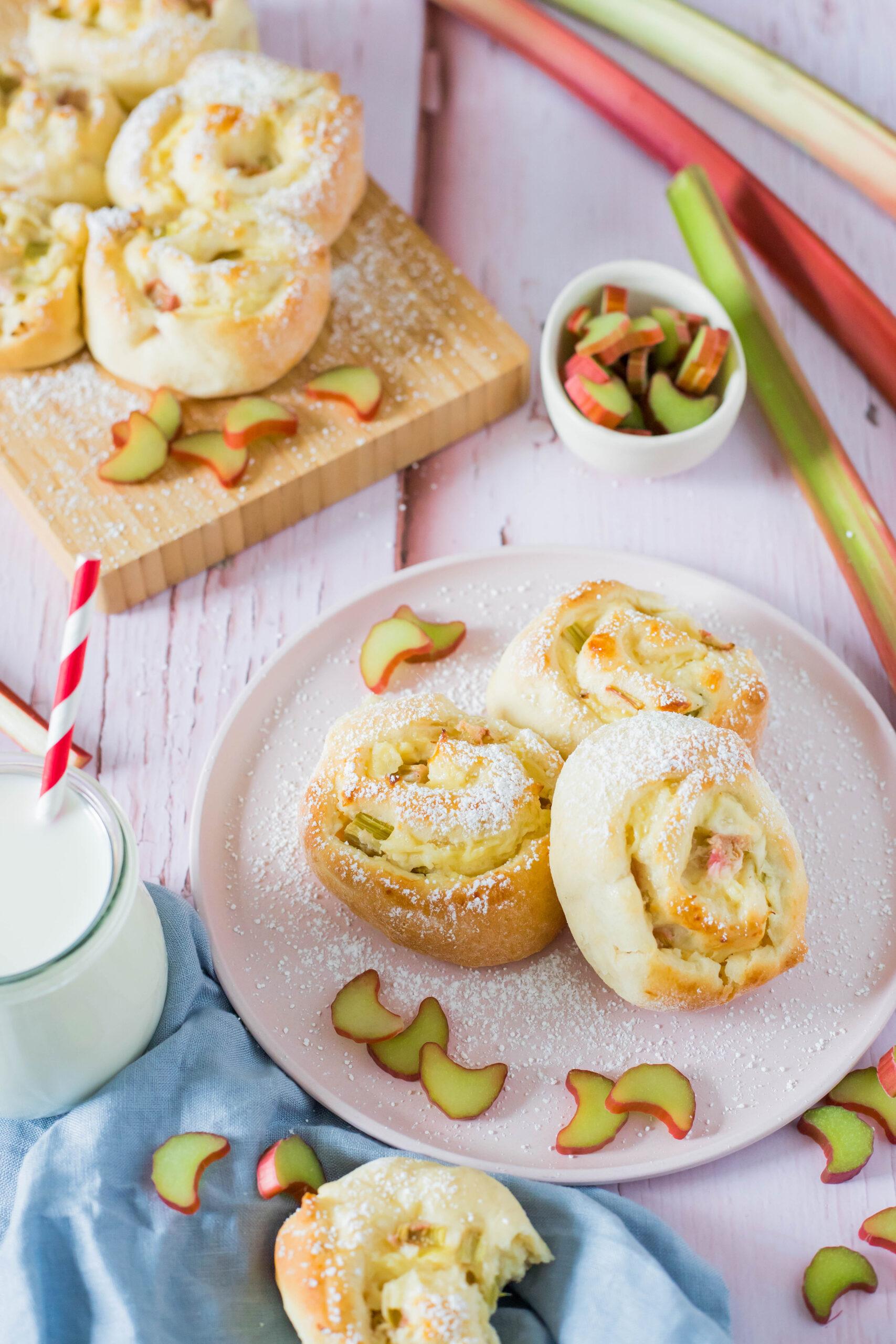 Fluffig weich und lecker: Puddingschnecken mit Rhabarberfüllung