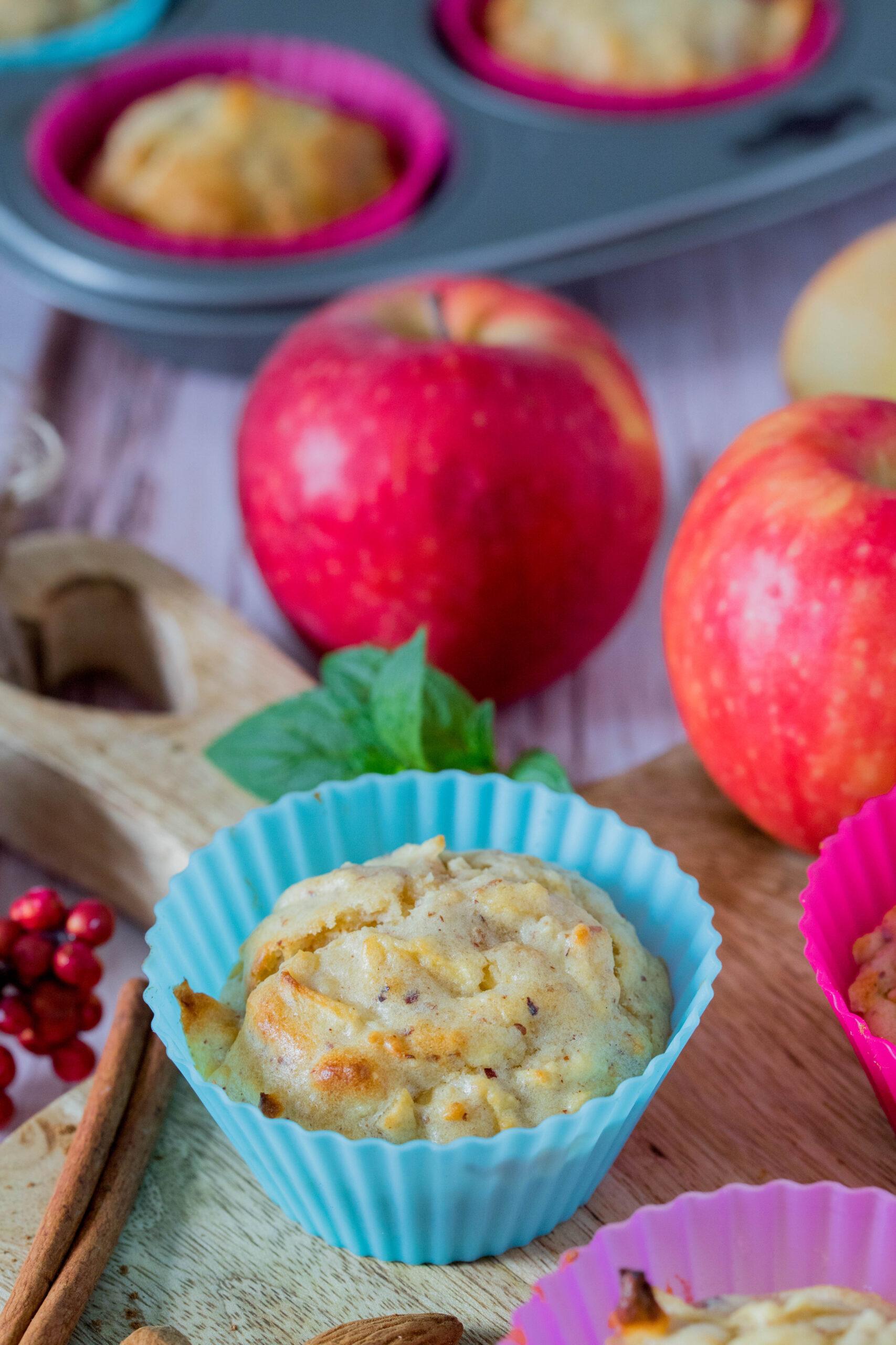 Leckerer Snack für unterwegs und die Brotdose: Apfel Muffins mit Joghurt und Nüssen.